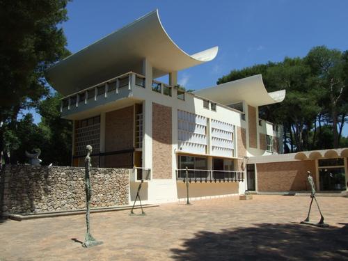 Fondation Maeght in St. Paul de Vence met op de binnenplaats beelden van Alberto Giacometti. Een bezoek aan dit museum is in de kunstreis van Artetcetera naar Zuid-Frankrijk opgenomen.